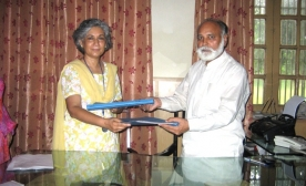 Presentation-of-Masud-Khaddarposh-Library-books-to-Punjab-University-Punjabi-Deptt